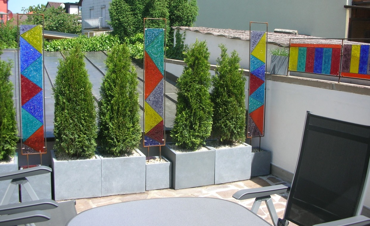 Glas im Garten Brunnen Wasserlauf und Sichtschutz aus der Glas